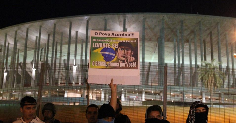 """26.jun.2013 - Manifestantes protestam em frente ao estádio Mané Garricha, em Brasília, nesta quarta-feira. O grupo pede, entre outras reivindicações, a revogação do projeto que ficou popularmente conhecido como """"cura gay"""" e a saída do deputado Marco Feliciano (PSC) da presidência da Comissão dos Direitos Humanos da Câmara dos Deputados"""