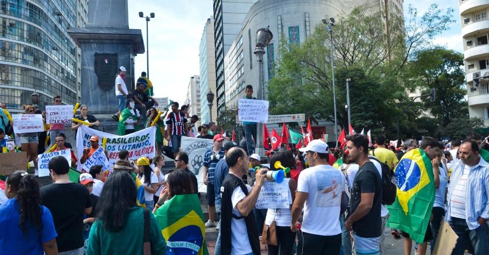 26.jun.2013 - Manifestantes se reúnem na praça Sete, em Belo Horizonte, nesta quarta-feira (26), para mais um protesto na cidade. Atos também são esperados no entorno do estádio do Mineirão, que recebe jogo da semifinal da Copa das Confederações entre Brasil e Uruguai