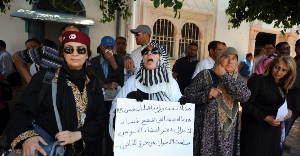 26.jun.2013 - Mulheres tunisianas fazem protesto contra o movimento Femen, em frente à prisão, onde as três militantes europeias do grupo estavam detidas por uma ação de topless. Elas foram liberadas sob condicional nesta quarta-feira