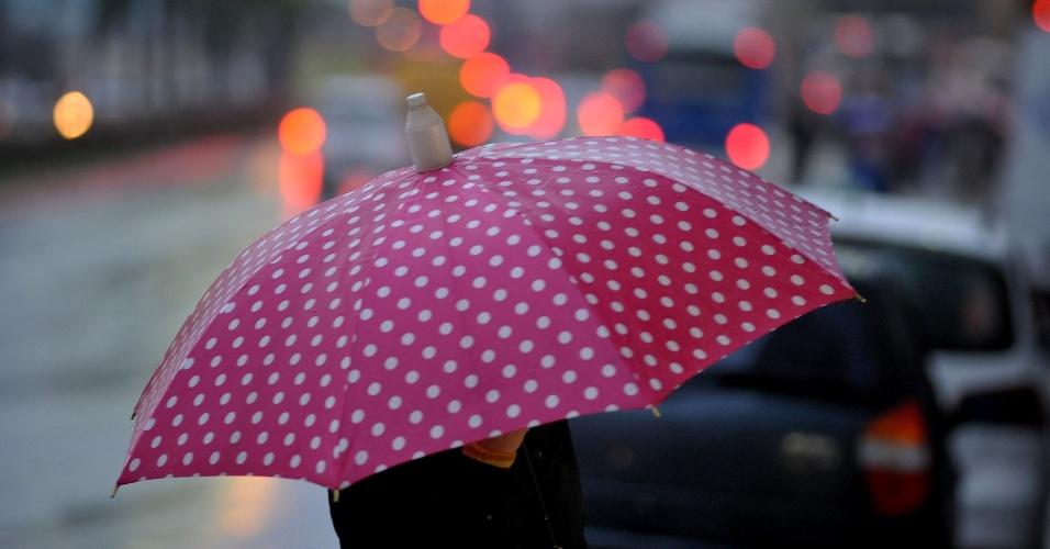26.jun.2013 - Pedestre se protege da chuva enquanto caminha em direção ao metrô Conceição, zona sul de São Paulo, nesta quarta-feira. A chuva que cai desde ontem na cidade causou alagamentos, apagou semáforos e provocou a queda de duas árvores
