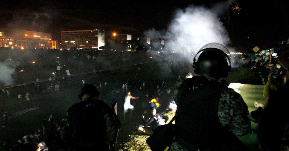 26.jun.2013 - Policiais militares atiram bombas de efeito moral contra os manifestantes, em frente ao Congresso Nacional, em Brasília, nesta quarta-feira