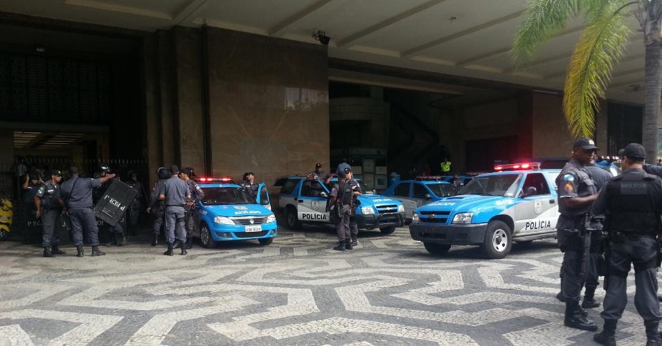 26.jun.2013 - Policiamento é reforçado na porta da Secretaria Estadual de Segurança Pública do Rio de Janeiro, na manhã desta quarta-feira (26). Cerca de 20 militantes de movimentos sociais e do Fórum de Luta Contra o Aumento da Passagem se reuniram em frente à sede da secretaria para participar de um protesto contra a operação do Bope (Batalhão de Operações Especiais) no Complexo da Maré, entre a noite de segunda (24) e a tarde de terça-feira (25), que resultou na morte de nove pessoas