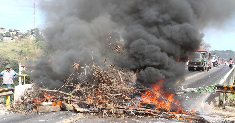 26.jun.2013 - Protesto de moradores do bairro Castanheiras, em Sabará (MG), bloqueia o km 302 da rodovia MG-262, nesta quarta-feira (26)