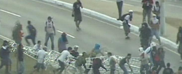26.jun.2013 - Manifestantes arrancam alambrado das proximidades do estado do Mineirão, em Belo Horizonte, durante confronto entre policiais em mais um dia de protesto na cidade. A polícia usa bombas de gás lacrimogêneo para conter os manifestantes