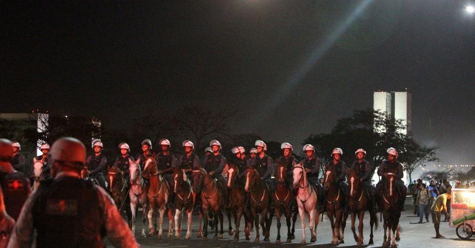 26.jun.2013 - Cavalaria da polícia militar entram em confronto com manifestantes, em frente ao Congresso Nacional, em Brasília