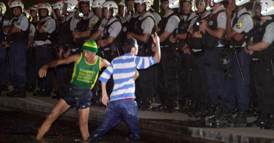 26.jun.2013 - Manifestantes protestam contra a corrupção na Esplanada dos Ministérios, em Brasília, na noite desta quarta-feira
