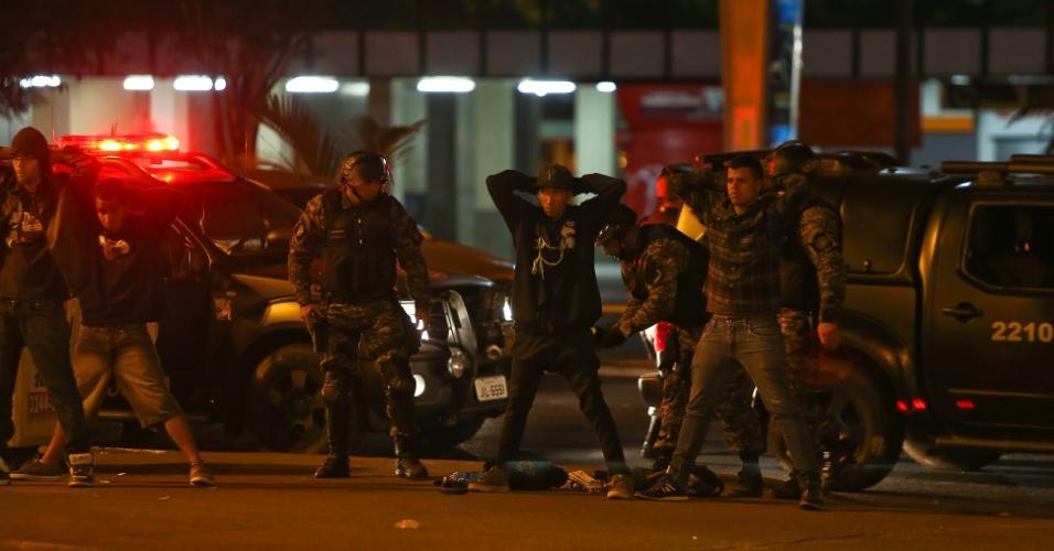26.jun.2013 - Polícia faz prisões no Shopping Patio Brasil, área central de Brasilia. Jovens teriam entrado no shopping após ação da policia nas ruas próximas