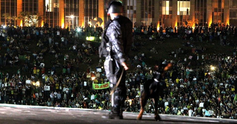 26.jun.2013 - Policiais militares atiram bombas de efeito moral contra os manifestantes, em frente ao Congresso Nacional na noite desta quarta-feira