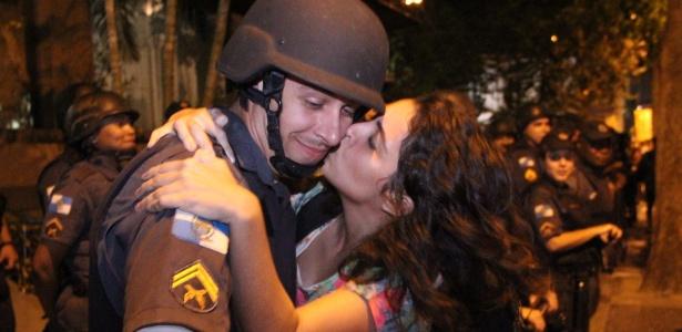 A jovem arrancou sorrisos do policial, que ficou visivelmente constrangido