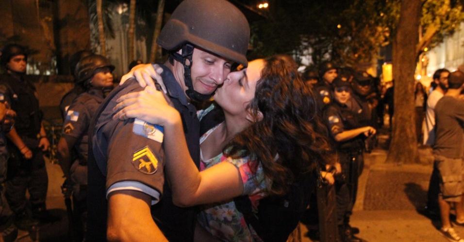 27.jun.2012 - A estudante Patrícia de Almeida Vasconcellos, 22, tentou beijar um dos policiais militares que formaram um ostensivo cordão de isolamento na frente do prédio da Fetranspor (Federação das Empresas de Transporte), alvo do sétimo ato contra a tarifa do transporte coletivo no Rio de Janeiro, no centro da capital fluminense