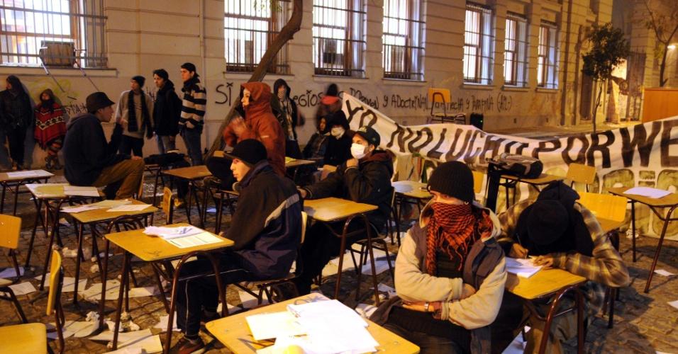 27.jun.2013 - A polícia do Chile expulsou nesta quinta-feira manifestantes estudantis de 21 escolas de Santiago que serão utilizadas como locais de votação na eleição primária do fim de semana, um dia depois de uma grande marcha na capital em prol de uma reforma educacional.