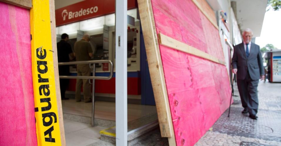 27.jun.2013 - Agências bancárias da avenida Rio Branco, no centro do Rio de Janeiro, são cobertas por tapumes para evitar destruição durante protestos - ao menos, 18 cidades têm atos marcados para esta quinta-feira