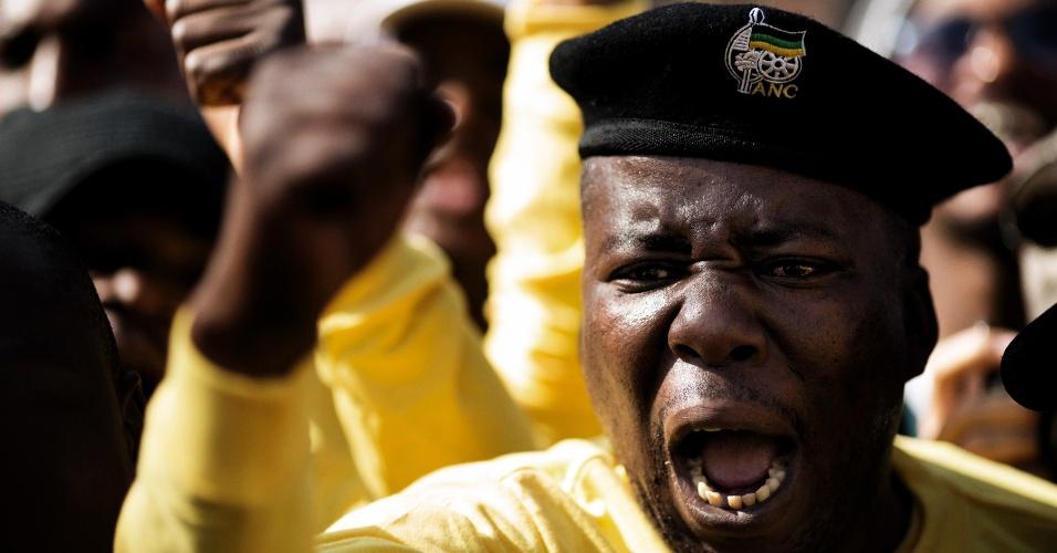 27.jun.2013 - Apoiadores do CNA (Congresso Nacional Africano), partido político no poder na África do Sul, desde as primeiras eleições multi-raciais em 1994, gritam palavras de ordem em homenagem a Nelson Mandela em frente ao Hospital do Coração Mediclinic, em Pretória, na África do Sul, onde o ex-presidente sul-africano está internado em estado crítico