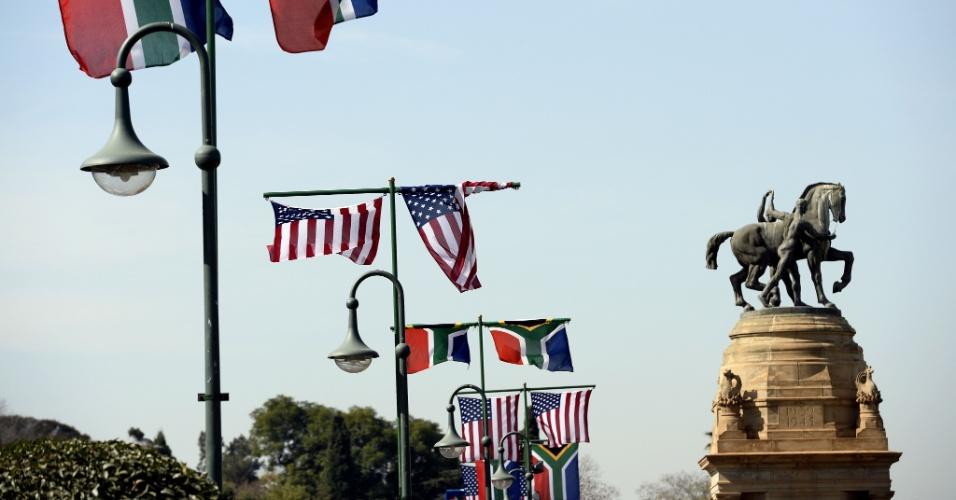 27.jun.2013 - Bandeiras da África do Sul e dos Estados Unidos enfeitam prédio em Pretoria que vai receber Barack Obama, que fará uma visita de dois dias ao país a partir desta sexta-feira (28). A imprensa especula se o presidente norte-americano terá oportunidade de se encontrar com familiares de Nelson Mandela, que está internado em um hospital da cidade devido a uma infecção pulmonar