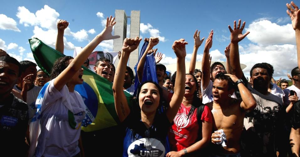27.jun.2013 - Centenas de estudantes marcharam até o Congresso Nacional em protesto nesta quinta-feira. A manifestação, liderada pela UNE (União Nacional de Estudantes) e pela UBES (União Brasileira de Estudantes Secundaristas), pede 10% do PIB pra educação e 100% dos royalties do petróleo para o setor. Os estudantes querem também o passe livre estudantil