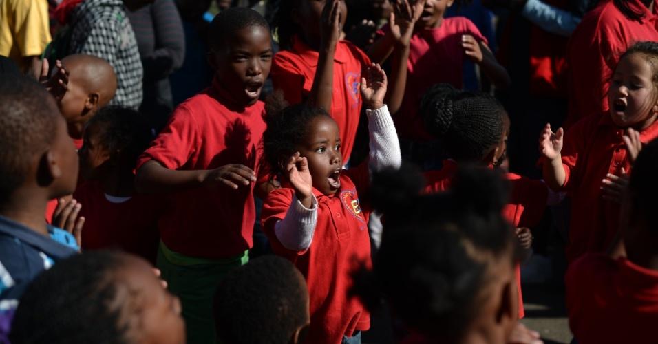 27.jun.2013 - Crianças dançam em uma concentração de admiradores do ex-presidente sul-africano em frente ao Hospital do Coração Mediclinic, em Pretória, na África do Sul, onde Mandela está internado em estado crítico