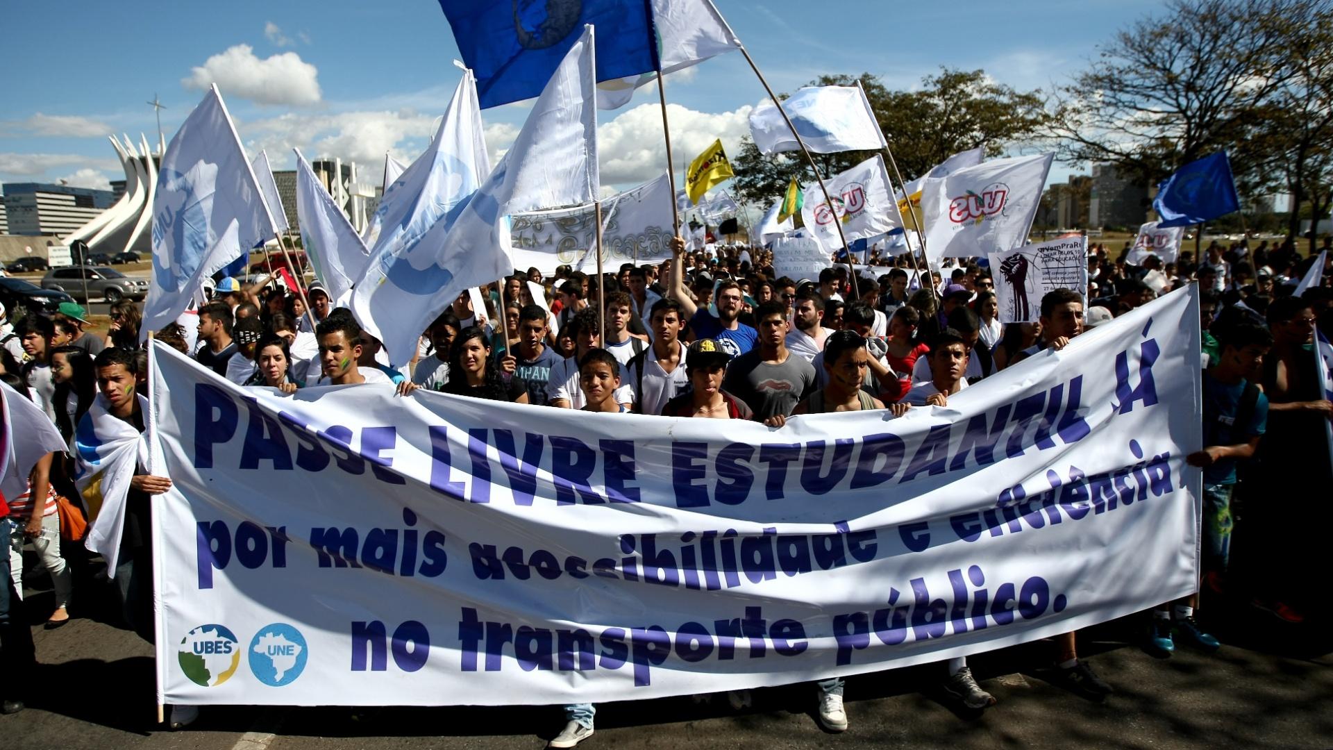 27.jun.2013 - Estudantes marcharam até o Congresso Nacional em protesto nesta quinta-feira. A marcha terminou no espelho d'água em frente ao Congresso. A manifestação, liderada pela UNE (União Nacional de Estudantes) e pela UBES (União Brasileira de Estudantes Secundaristas), pede 10% do