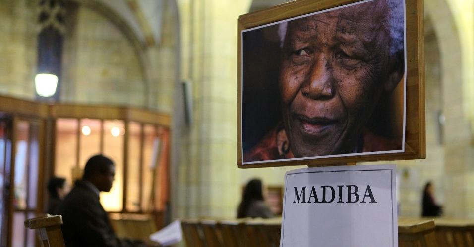 27.jun.2013 - Homem senta-se em banco durante vigília por Nelson Mandela na Catedral St. Georges, na Cidade do Cabo, na África do Sul, nesta quinta-feira (27). A família confirmou, nesta quinta-feira (27), que o estado de saúde do ganhador do Nobel da paz é muito crítico