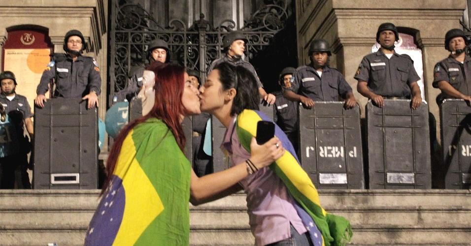 27.jun.2013 - Integrantes de vários movimentos sociais realizam protesto que teve concentração na Candelária, no centro do Rio de Janeiro, nesta quinta-feira