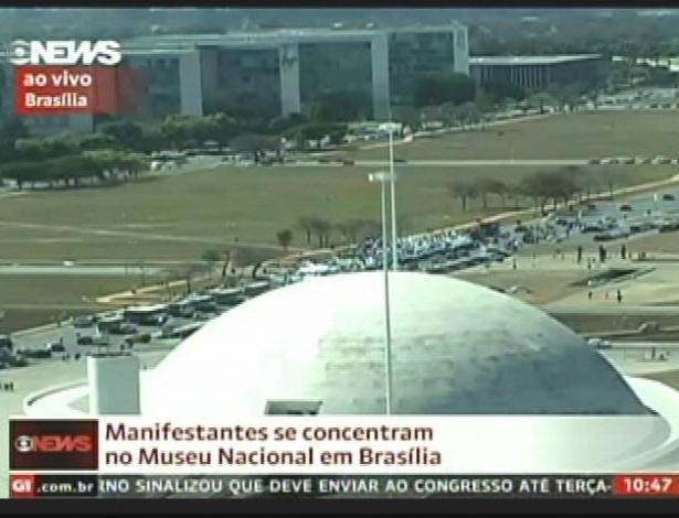 27.jun.2013 - Manifestantes realizam protesto em Brasília nesta quinta-feira (27), para pedir a destinação de 100% dos royalties do petróleo e 50% do Fundo Social do Pré-sal para educação pública e a instituição do passe livre estudantil