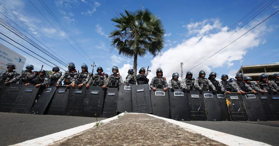 27.jun.2013 - Policiais formam barreira para fechar o acesso de manifestantes às proximidades do estádio Castelão, em Fortaleza, nesta quinta-feira