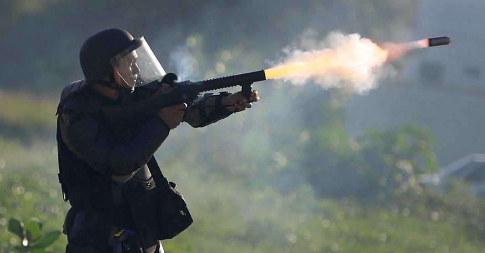27.jun.2013 - Policial dispara bomba de gás lacrimogêneo durante confronto com manifestantes nas proximidades do estádio Castelão, em Fortaleza, nesta quinta-feira