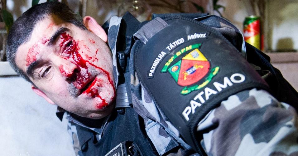 27.jun.2013 - Sargento é ferido no olho durante manifestação em Porto Alegre, na noite de quinta-feira (27). Ele foi atingido por uma pedra no rosto, depois de tentar socorrer uma manifestante que ficou isolada na área do conflito