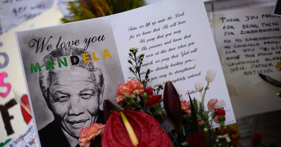 28.jun2013 - Cartões e flores são deixados em frente ao Hospital do Coração Mediclinic, em Pretória, na África do Sul, nesta sexta-feira (28), onde o ex-presidente sul-africano Nelson Mandela está internado em estado crítico