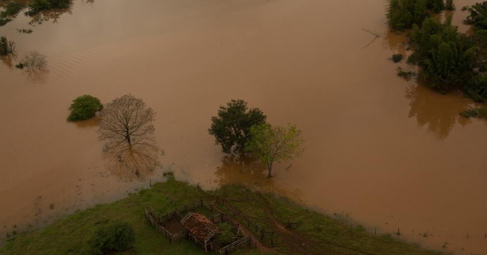 28.jun.2013 - Imagem aérea registra enchentes na cidade de Mirador (PR) após chuvas intensas que inundaram diversas cidades paranaenses. O governador, Beto Richa, assinou na manhã desta sexta-feira (28), em Maringá, um decreto que estabelece situação de emergência em 59 municípios paranaenses mais atingidos pelas chuvas