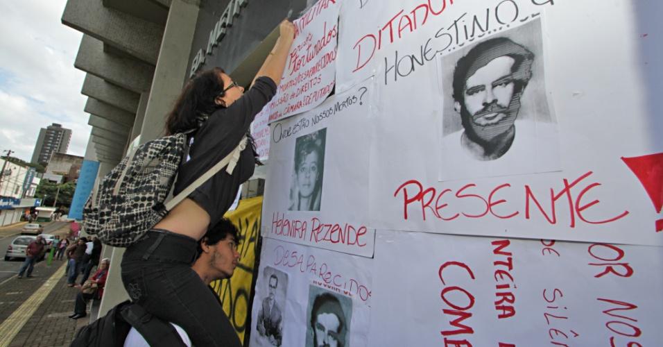 """28.jun.2013 - Manifestantes realizaram um protesto em frente a um prédio comercial onde trabalha um advogado que foi agente da repressão, durante a Ditadura Militar, nesta sexta-feira (28), em Foz do Iguaçu (PR). No local, manifestantes colaram cartazes e faixas que acusavam Mario Espedito de """"torturador"""""""