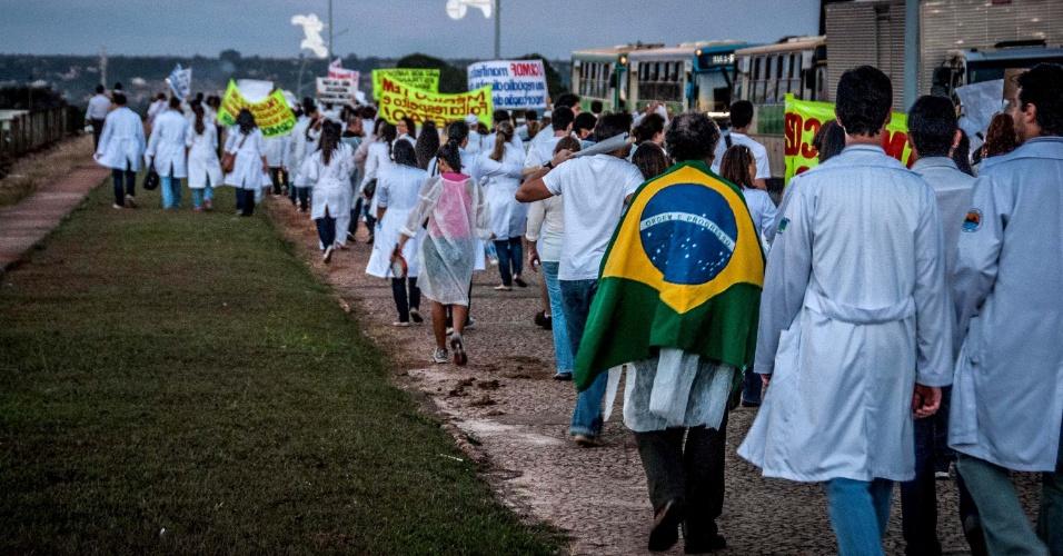 28.jun.2013 - Médicos fazem manifestação em frente ao Palácio do Planalto e Congresso Nacional em Brasília contra vinda de profissionais estrangeiros para trabalhar no país