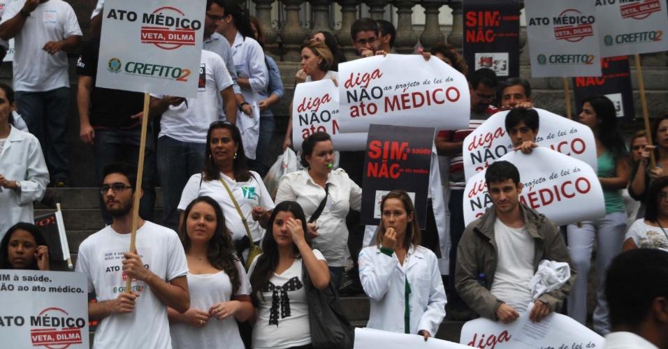 28.jun.2013 - Profissionais de saúde, enfermeiros, psicólogos e fisioterapeutas fazem manifestação contra o Ato Médico em frente as escadarias da Câmara Municipal no centro do Rio de Janeiro, nesta sexta-feira
