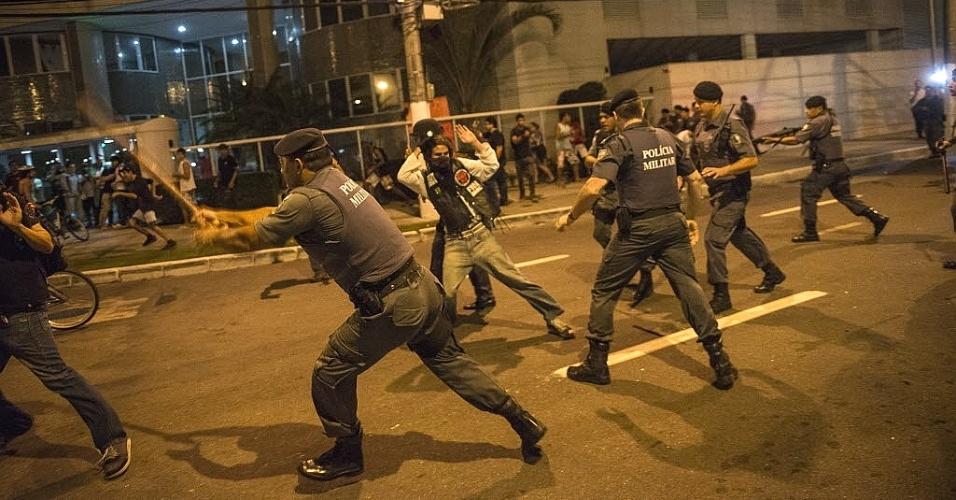 28.junho.2013 - Manifestantes protestam contra emissora de televisão, em Vitória (ES) na noite desta sexta-feira. Segundo a polícia militar, 3 mil pessoas participaram do protesto, que terminou em confronto com a tropa de choque, após atos de vandalismo