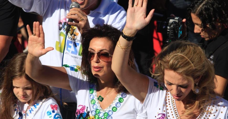 29.jun.2013 - Bispa Sônia (c) participa da 21ª edição da Marcha para Jesus, na zona norte de São Paulo, neste sábado