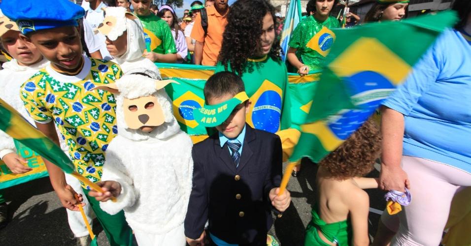 """29.jun.2013 - Crianças participam da Marcha para Jesus, em São Paulo, neste sábado. O tema do evento este ano é """"Novo Tempo. A marcha saiu da Luz e segue em direção à praça Heróis da Força Expedicionária Brasileira, próxima ao Campo de Marte, onde acontecem os shows"""