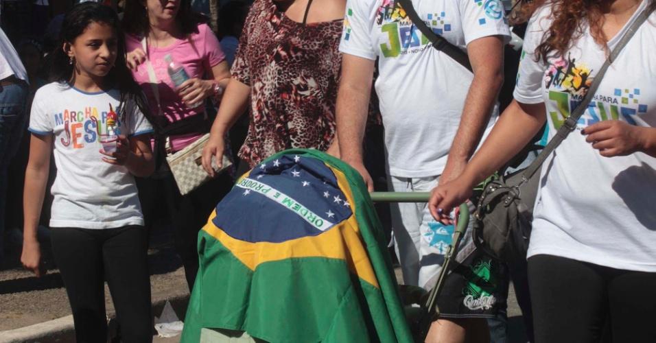 29.jun.2013 - Famílias participam da 21ª edição da Marcha para Jesus, em São Paulo