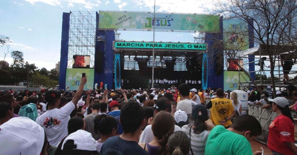 29.jun.2013 - Fiéis de várias igrejas evangélicas participam dos shows da 21ª edição da Marcha para Jesus, em São Paulo
