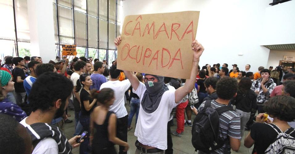 29.jun.2013 - Manifestantes na Câmara Municipal de Belo Horizonte, durante votação da redução da tarifa de ônibus, neste sábado. Em meio a tumulto, vereadores aprovaram redução de R$ 0,05 na passagem. Insatisfeitos com a decisão, os ativistas resolveram ocupar a câmara até que ocorra uma negociação