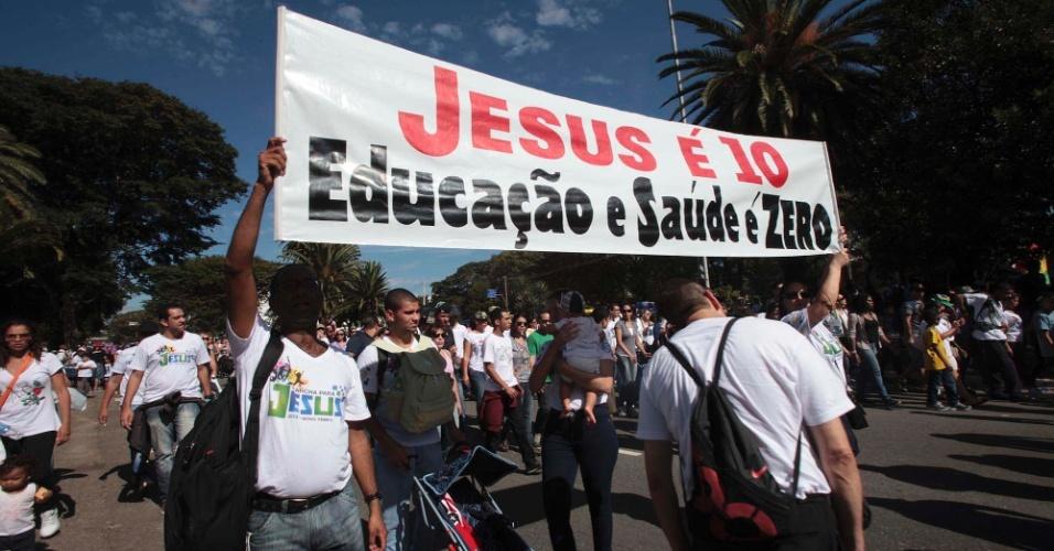 29.jun.2013 - Marcha para Jesus também tem cartazes de protesto contra saúde e educação