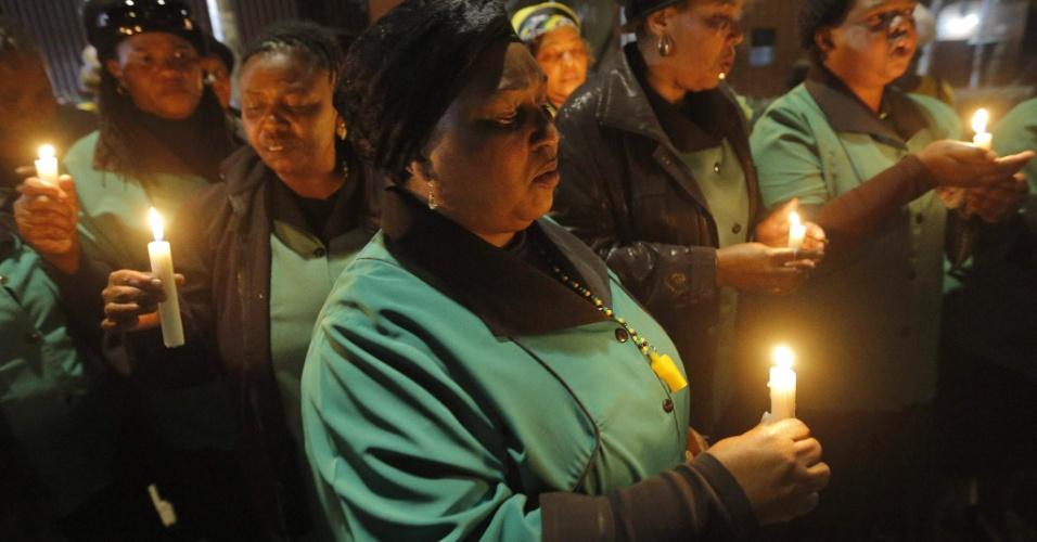 29.jun.2013 - Membros de igreja se reúnem cantam e fazem orações, durante a vigília Nelson Mandela em Soweto, África do Sul