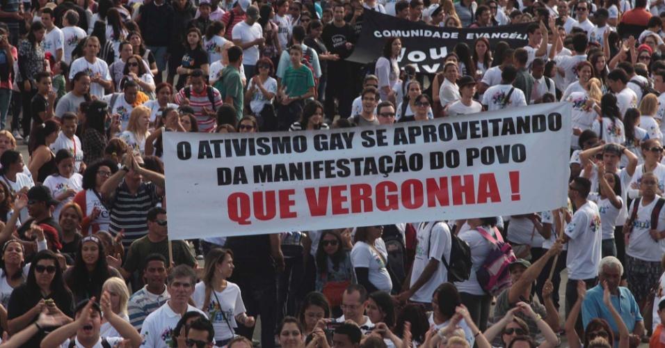 29.jun.2013 - Participantes da Marcha para Jesus carregam faixas contra o movimento gay durante concentração para a 21ª edição do evento, que acontece neste sábado, na zona norte de São Paulo