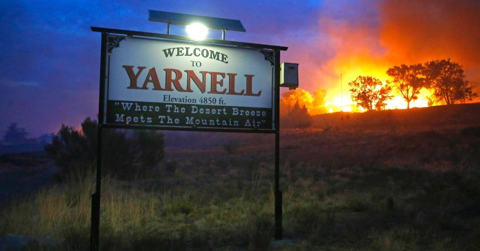 1º.jul.2013 - Ao menos 19 bombeiros morreram na tarde deste domingo (30) enquanto combatiam incêndio florestal na região da cidade de Phoenix, Estado do Arizona (Estados Unidos), de acordo com o xerife do condado de Yavapai, relata a AFP. A imagem mostra o fogo atingindo colinas na pequena cidade de Yarnell, ao norte de Phoenix, e foi disponibilizada nesta segunda-feira (1º)