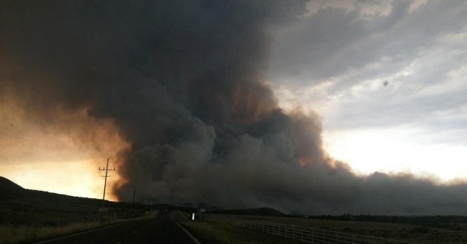 1º.jul.2013 - Imagem de TV mostra a coluna de fumaça do incêndio que devastou 800 hectareas da floresta de Yarnell, cidade a 130 quilômetros de Phoenix, no Estado de Arizona, nos Estados Unidos, no último domingo (30). Dezenove bombeiros do corpo de elite do Estado morreram enquanto combatiam o fogo nas colinas da cidade