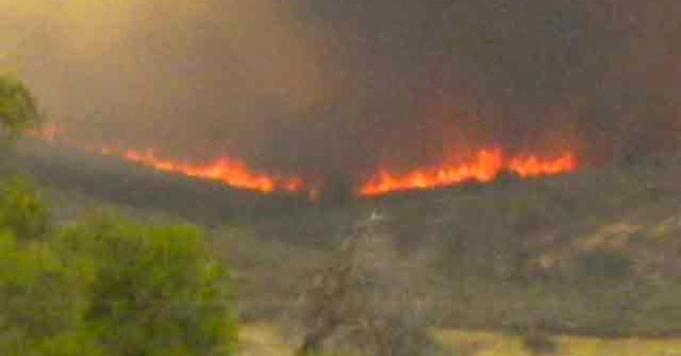 1º.jul.2013 - Imagem de TV mostra proporção do incêndio florestal que matou 19 bombeiros e arrasou 800 hectares de floresta na cidade de Yarnell, no Arizona (EUA) na tarde do último domingo (30)