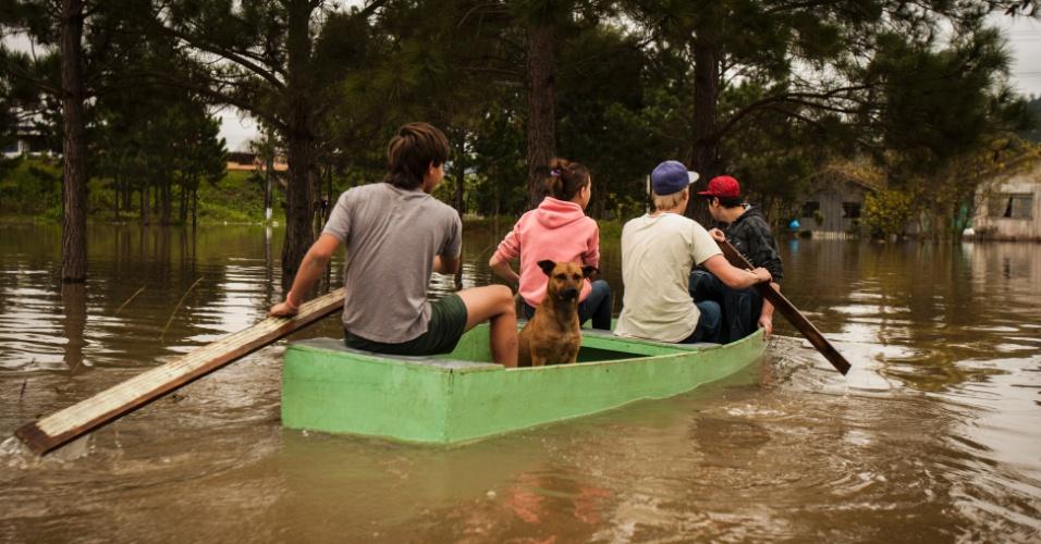 1º.jul.2013 - Moradores do bairro Navegantes, na cidade de União da Vitória (PR), passam por área alagada por conta das fortes chuvas que atingem a região. Foi decretado estado de emergência em todo o Estado