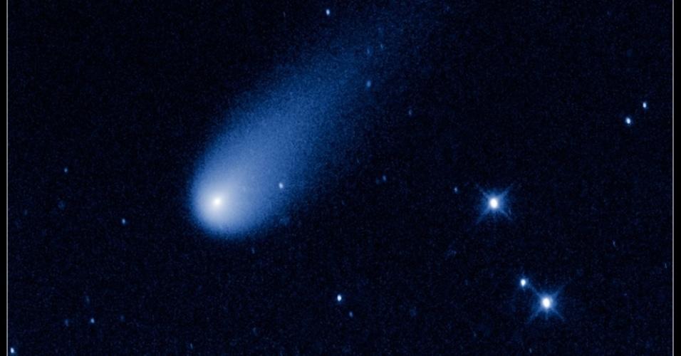 2.jul.2013 - Cometa Ison parece fogos de artificio em imagem do telescópio Hubble da Nasa (Agência Espacial Norte-Americana). O cometa está a quase 650 milhões de quilômetros da Terra, em direção ao Sol, entre as órbitas de Marte e Júpiter, com uma velocidade de 48.000 mph. Mas, ao contrário de um fogo de artifício, o cometa não apresenta combustão, mas sim o gelo do núcleo vira gás, formando a imensa cauda de gás e poeira. Quanto mais se aproxima do Sol, mais brilhante e com maior cauda ele ficará. O cometa deve ficar visível a olho nu em novembro