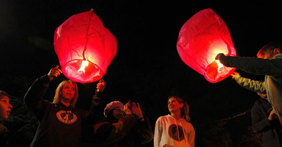 2.jul.2013 - Mulheres acendem lanternas em homenagem ao ex-presidente sul-africano Nelson Mandela, em Joanesburgo, na África do Sul. Mandela segue internado em estado crítico, mas estável, em um hospital de Pretória