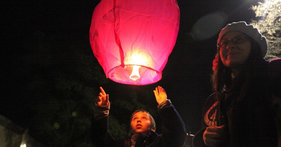 2.jul.2013 - Crianças acendem lanternas em homenagem ao ex-presidente sul-africano Nelson Mandela, em Joanesburgo, na África do Sul. Mandela segue internado em estado crítico, mas estável, em um hospital de Pretória