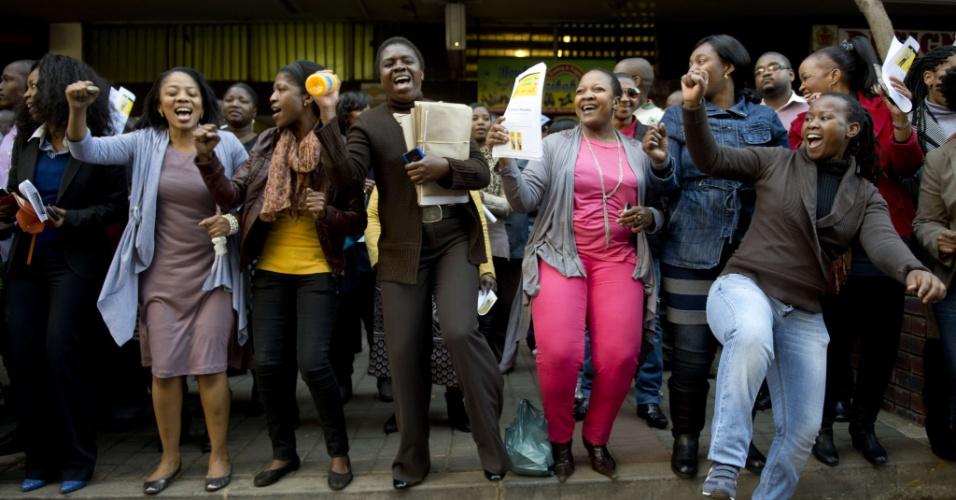 2.jul.2013 - Pessoas cantam músicas em homenagem a Nelson Mandela, ex-presidente da África do Sul, em encontro religioso do lado de fora do Congresso Nacional sul-africano, em Johannesburgo, nesta terça-feira (2). Mandela segue internado em estado crítico, mas estável, em um hospital de Pretória