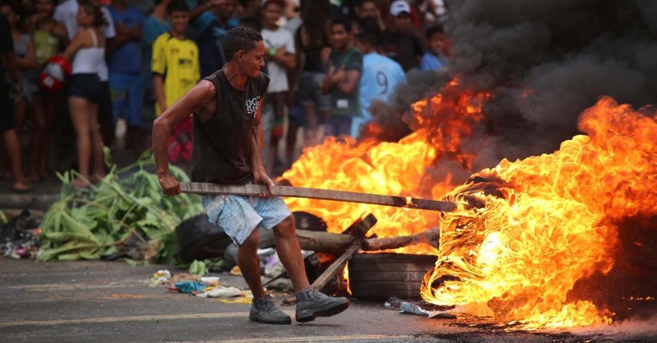 3.jul.2013 - Manifestantes protestam na Vila dos Milagres, em Recife, fechando as duas vias da BR-101. O protesto pede a construção de encostas em áreas de risco